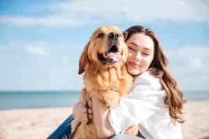 chien et sa maîtresse au bord de la mer