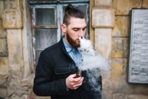 Homme vape cigarette électronique